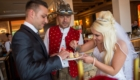Hochzeitsband kuchen anschneiden